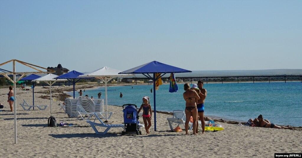 Единственная семейная пара с маленькими детьми на пляже