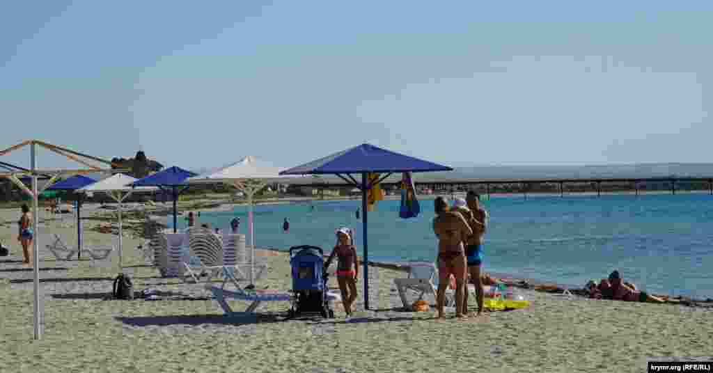 Єдина сімейна пара з маленькими дітьми на пляжі
