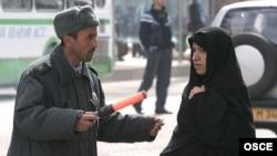 Таджикский милиционер общается с иностранкой