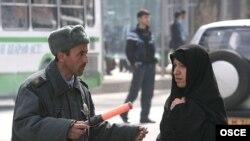 Женщины пользуются большим доверием таджикских дорожных инспекторов, чем мужчины