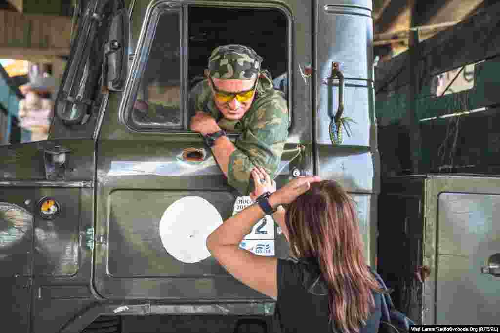 Прес-офіцер «Дніпра-1»розмовляє з бійцем перед відправкою вантажу до Пісків