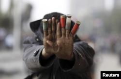 Демонстрант у Каїрі показує гільзи, відстріляні, за його словами, спецзагоном поліції, 27 січня 2013 року
