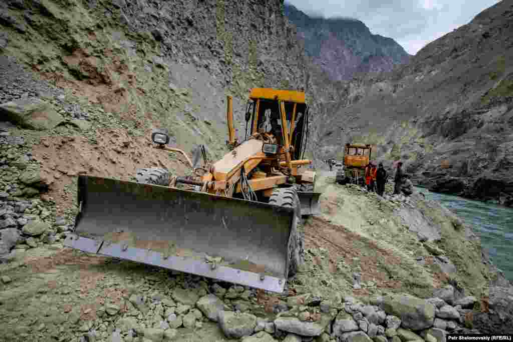 BORDER - road, access, construction, earthquake Road workers are trying to clean Dushanbe-Khorog highway in Tajikistan that was hit by a 7.2 magnitude earthquake a day before. This is the only road that connects China and Tajikistan