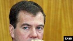Слово «принуждение» в адрес Грузии Медведев использовал для лучшего взаимопонимания с российскими обывателями, говорит эксперт
