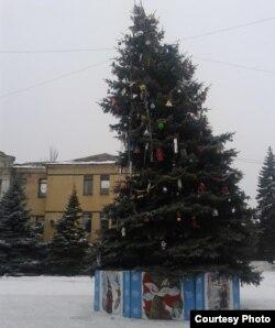Фото автора. Крива новорічна ялинка на площі імені Леніна з боку кінотеатру імені Артема