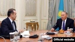 Қазақстан президенті Нұрсұлтан Назарбаевтың (оң жақта) ҰҚК төрағасы Кәрім Мәсімовпен кездесуі. Астана, 15 ақпан 2018 жыл (Сурет Ақорданың ресми сайтынан алынды).