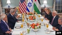 На обіді були присутні держсекретар США Джон Керрі, міністр юстиції Ізраїлю Ципі Лівні і керівник палестинської делегації Саєб Ерекат, Вашингтон, 30 липня 2013 року