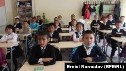 Ученики одной из школ в Оше. Иллюстративное фото.