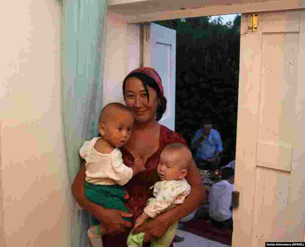 Айгуль, жена племянника Айбека. Все молодые женщины заняты гостями, а ей доверили нянчиться с детьми.