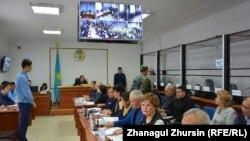 В зале суда, где слушается дело о предполагаемом хищении нефти. Актобе, 20 ноября 2017 года.