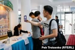 Молодой человек делает селфи на президентских выборах в Алматы. 9 июня 2019 года.