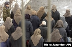 Женщины возвращаются в бараки после рабочего дня. Исправительная колония №15, Самара. 13 февраля 2002 года