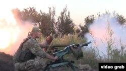 Правительственные войска Украины обмениваются ударами с сепаратистами в селе Пески близ Донецка.