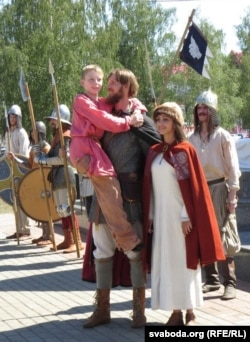 Аляксандар Неўскі з жонкай і сынам – тэатралізаваная дзея на вуліцах Віцебску