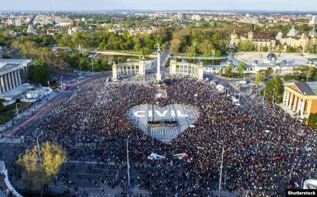 U proleće 2017. desetine hiljada ljudi je protestovalo zbog zatvaranja Centralno-evropskog univerziteta