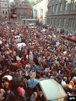 Refugiați est-germani în curtea ambasadei Germaniei Federale de la Praga, octombrie 1989