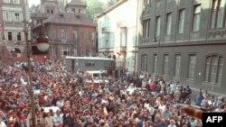 Refugiați est-germani în curtea ambasadei Germaniei Federale de la Praga, octombrie 1989.
