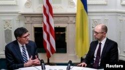 Джейкоб Лью (слева) и премьер-министр Украины Арсений Яценюк, Киев, январь 2015