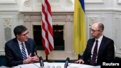 Міністр фінансів США Джейкоб Лью (ліворуч) зустрічається з прем'єр-міністром України Арсенієм Яценюком, Київ, січень 2015 року