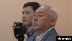 Сейітқазы Матаев (оң жақта) пен оның ұлы Әсет Матаев Астанада өтіп жатқан сотта