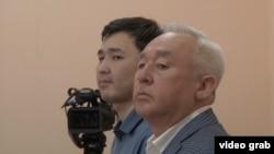 Сейтказы Матаев (справа), председатель Союза журналистов Казахстана, и его сын Асет Матаев на суде в Астане.