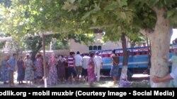 Люди в очереди за покупкой газа в баллонах. Наманганская область, август 2015 года.