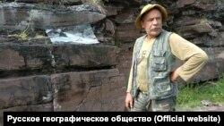 Александр Заика у петроглифов Шалаболинской писаницы
