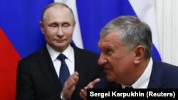 Prezident Vladimir Putin (solda) və Rosneftin rəhbəri Igor Sechin