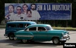 Куба. Плакат с фотографиями пятерых кубинцев, которые находились в тюрьме в США. Двоих отпустили еще до последнего обмена. 17 декабря 2014 г.