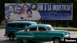 Плякат на Кубе, які заклікае вызваліць кубінцаў з турмаў ЗША