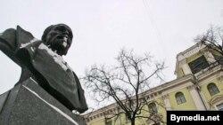 Помнік Дзяржынскаму побач з будынкам КДБ у Менску
