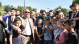 1 сентября, Рустам Минниханов посещает сквер на улице Авангардной. Народу — море, социальной дистанции не соблюдает никто, включая президента РТ и мэра Казани Ильсура Метшина. Напротив, чиновники дают возможность всем обожателям снять с ними совместные селфи. Позируют при этом с явным удовольствием.
