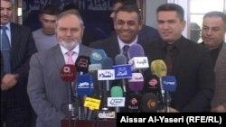 السفير الروماني في العراق يعقوب برادا (يسار) ومحافظ النجف عدنان الزرفي في مؤتمر صحفي بالنجف.