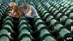 Pamje nga varrimi i viktimave të Srebrenicës në 10 vjetorin e masakrës