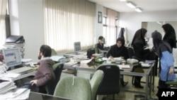 به دنبال دستگيری روز گذشته ده ها تن از فعالان حقوق زنان در تهران، روزنامه کيهان، که در هفته های اخير بارها با چاپ اسامی فعالان حقوق زنان آنان را عامل امريکا و هلند معرفی کرده بود، از اين دستگيری ها ابراز خوشحالی کرد.