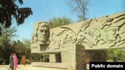 1993-nji ýylda Atabaýewiň Aşgabatdaky ýadygärligi ýykylyp, onuň ýerinde prezident köşgi guruldy.