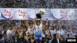 فرهاد مجيدی کاپيتان استقلال، جام را بالای سر برد