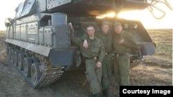 Військовослужбовці 2-го дивізіону 53-ї зенітно-ракетної бригади поруч із установкою «Бук» на навчаннях