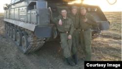 """Военнослужащие 2 дивизиона 53-й зенитно-ракетной бригады на фоне установки """"Бук"""" на учениях"""