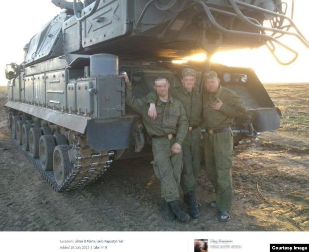 """Военнослужащие 53-й зенитно-ракетной бригады из Курска на фоне установки """"Бук"""""""