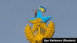 Звезда высотки на Котельнической набережной в Москве, раскрашенная в цвета украинского флага