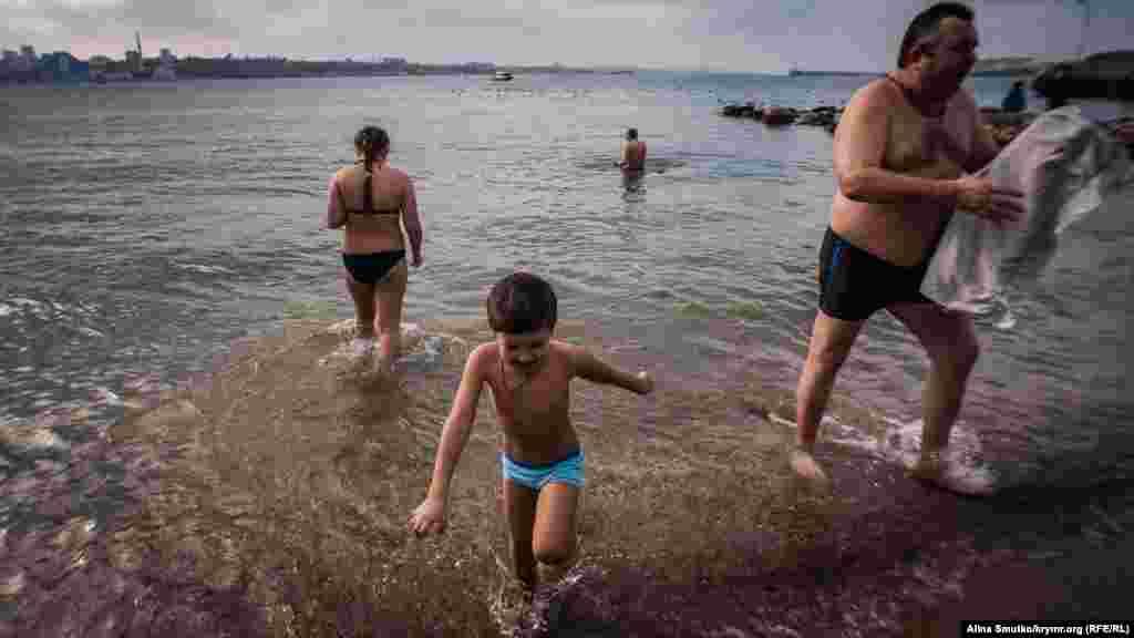 Так і не наважившись викупатися, хлопчик вибігає з холодної води