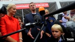 Moscow mayoral candidate Aleksei Navalny (center) speaks to reporters after polls closed on September 8.