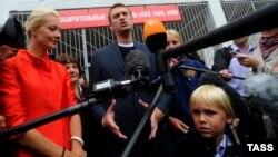 Алексей Навальный хатыны Юлия һәм улы Захар белән тавыш биргәннән соң журналистлар белән очраша. Мәскәү, 8 сентябрь 2013