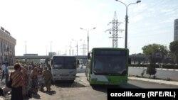 Одна из автобусных остановок в Ташкенте.
