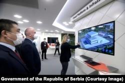 """""""Huavej je u Srbiju došao da ostane dugo"""", rekao je novinarima ministar za inovacije i tehnološki razvoj Nenad Popović 19. maja, prilikom posete novom inovaciono-razvojnom centru kineske kompanije u Beogradu"""