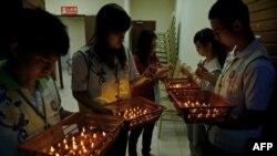 مردم طی هفتههای گذشته به امید یافته شدن هواپیما و برای مسافران آن به دعا و نیایش پرداختهاند. در تصویر گروهی از جوانان در کوالالامپور، پایتخت مالزی