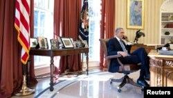 Barack Obama Oval ofisdə.