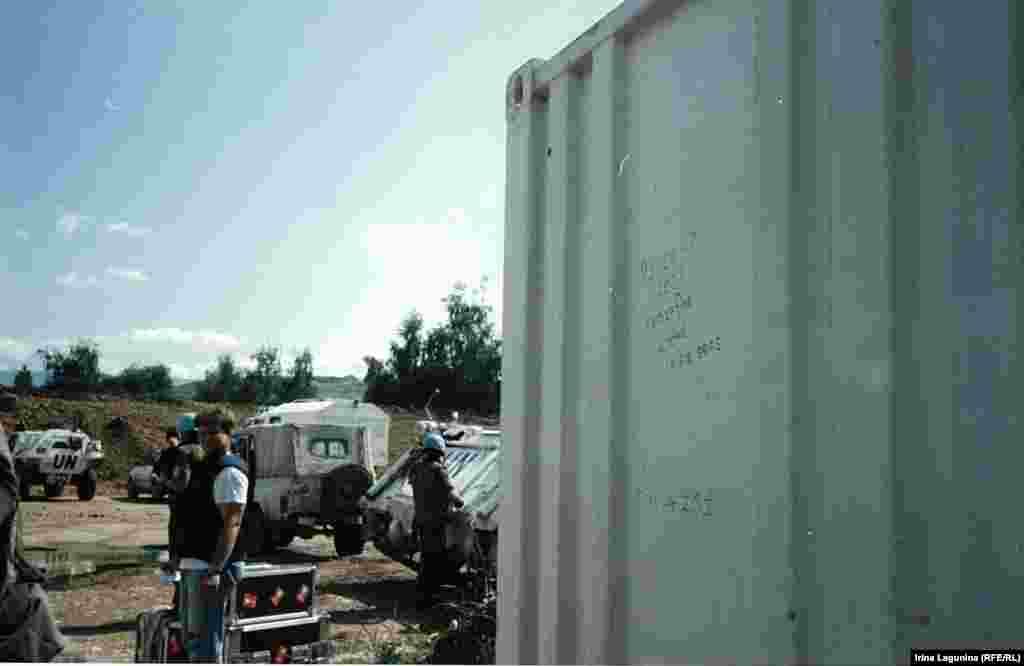 """""""Перемирие продлилось 13 секунд"""" - написал кто-то на контейнере у въезда в аэропорт 18 июня 1993 года. В моменты обстрелов самолеты ООН не летали. Воздушный мост ООН """"Сплит-Сараево"""" называли Maybe Airlines - авиалинии """"может быть&"""