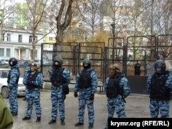 Возле здания суда во время заседания по делу Курбердинова